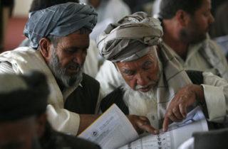 Des Afghans préparent l'élection du 20 août 2009 crédit : Rafiq Maqbool / AP/PC