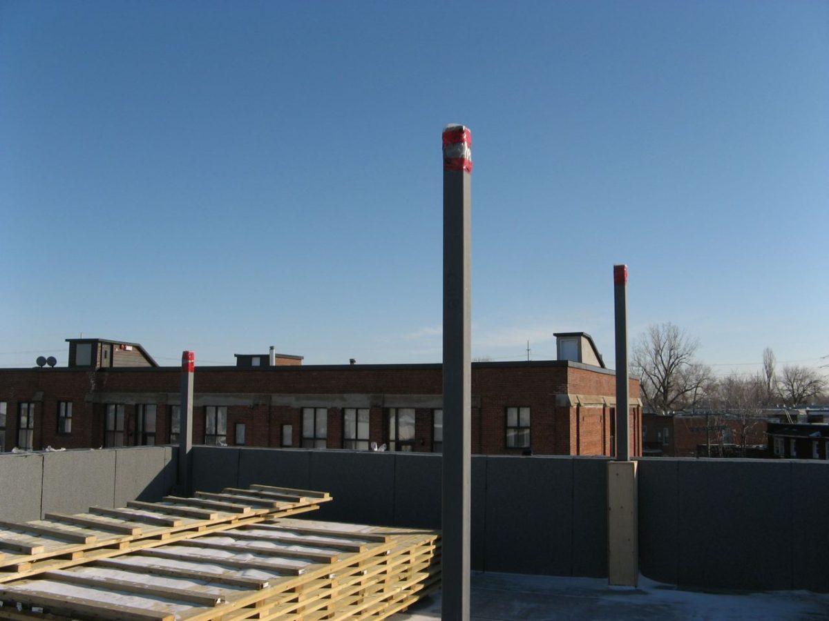 Les colonnes d'acier qui serviront de supports aux panneaux solaires