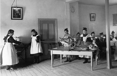 Cours de couture, Roberval, 1906 / View-4038 Musée McCord
