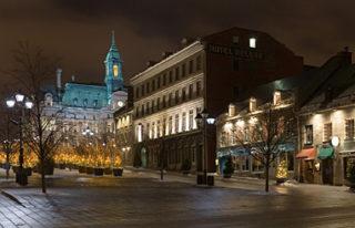 Sur la place Jacques-Cartier, dans le Vieux-Montréal, se trouve un petit kiosque