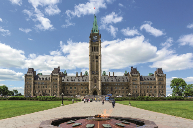 À Ottawa, la saga des dépenses des sénateurs Mike Duffy et Pamela Wallin, tous deux ex-vedettes de la presse parlementaire canadienne, entache la réputation du journalisme politique.