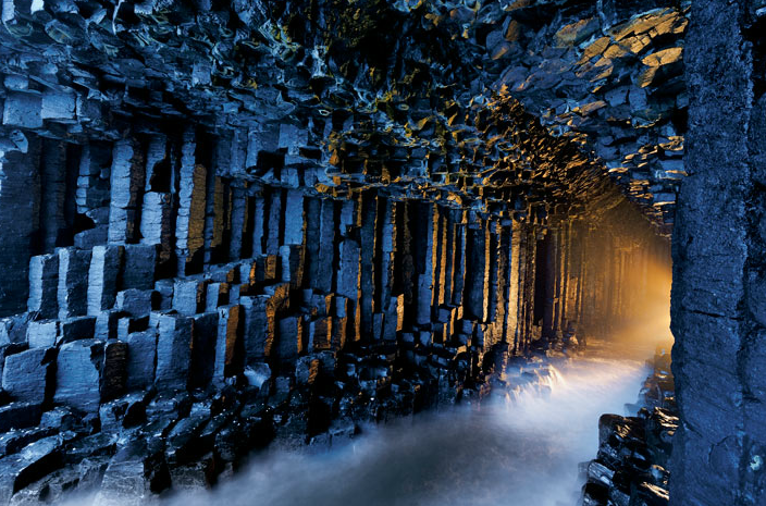 Une extraordinaire photo de la grotte de Fingal, prise par Jim Richardson, pour National Geographic.