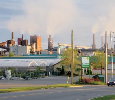 L'aluminerie Rio Tinto Alcan, à Shawinigan. Sa fermeture entraîne la perte de 450 emplois parmi les mieux rémunérés de la région. - Photo : Claude Boucher / Wikimedia Commons