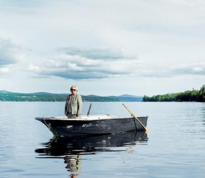 La mairesse Colette Roy-Laroche sur les eaux du Lac Mégantic. Ce magnifique plan d'eau a été peu touché par le déversement de pétrole qui a suivi le déraillement du 6 juillet. - Photo : Jean-François Bérubé