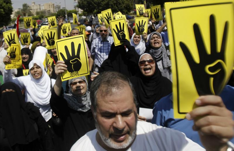 Au Caire, le 30 août, des membres des Frères musulmans et des partisans du président déchu Mohamed Morsi exprimaient leur colère contre la police, qui a réprimé les manifestations de la place Rabia al-Adawiya le 13 août. (Photo : Reuters / Amr Abdallah Dalsh)