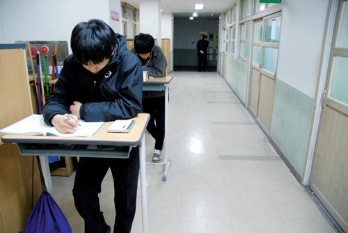 2 etudiantes restent apres le cours pour le prof - 2 5