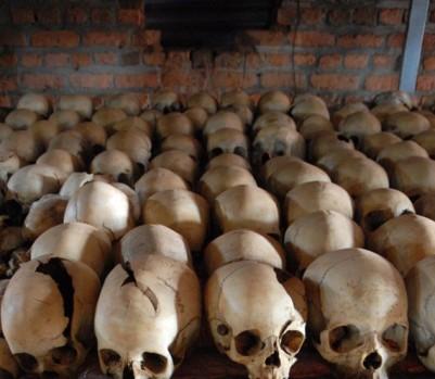 Ossements exposés dans l'église de Ntarama, Rwanda - Gary Lawrence