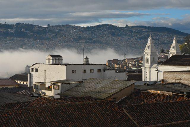 Située à 2850 m d'altitude, Quito surplombe souvent les nuages - ©Gary Lawrence
