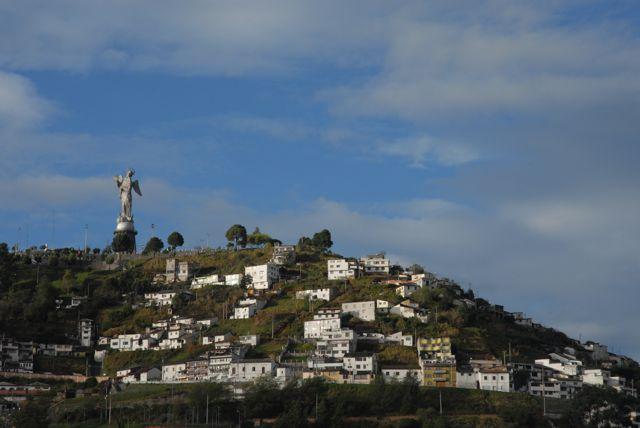 Du haut de la colline d'El Panecillo, la Vierge de Quito - seule vierge ailée au monde - domine la ville. Elle est aussi impressionnante de jour... ©Gary Lawrence