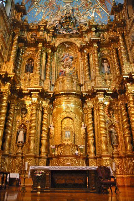 L'intérieur de la Compaña de Jesús est couvert d'or. Les Équatoriens la  considèrent comme la plus belle église du pays -