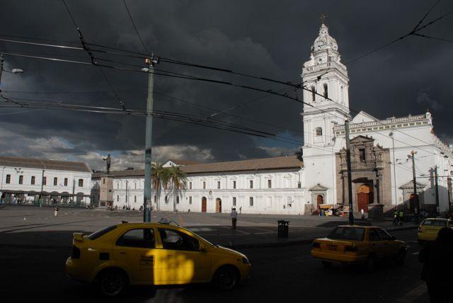 Le soir, quand l'air chaud venu d'Amazonie et l'air frais des Andes se rencontrent, de lourds nuages naissent souvent - ©Gary Lawrence