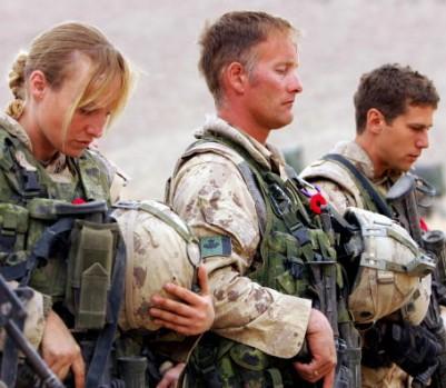 11 novembre 2006, Jour du souvenir. Des soldats canadiens rendent hommage à leurs collègues disparus lors d'une cérémonie à la base avancée de Masum Gar, dans la province de Panjwayi, près de Kandahar, en Afghanistan. (cr.dit photo: JOHN D MCHUGH / AFP / Getty Images)