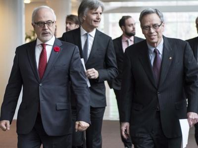 Carlos Leitao (à droite) et Joe Oliver (Photo: Paul Chiasson/La Presse Canadienne)
