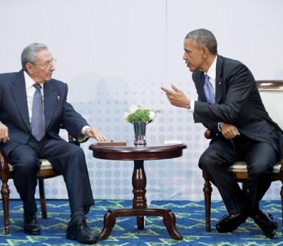 Le Sommet des Amériques d'avril dernier a été le théâtre d'un moment inédit depuis plus de 50 ans : une rencontre entre les présidents cubain et américain. (Photo : Pablo MartinezMonsivais/AP/La Presse Canadienne)