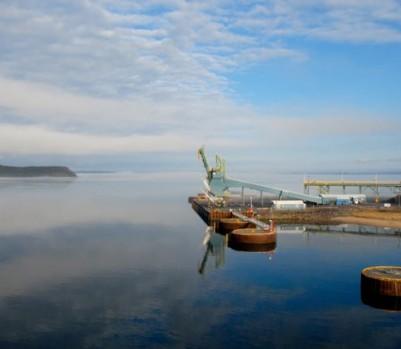 Naviguer à bord du Bella Desgagnés permet de côtoyer les installations portuaires et minières de la Côte-Nord, comme ici, à Havre-Saint-Pierre – Crédit photo ©Gary Lawrence