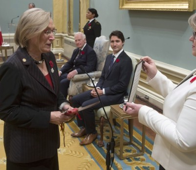 Carolyn Bennett, nouvelle ministre des Affaires autochtones et du Nord. Pour la première fois au Canada, 10 députés sont d'origine autochtone, dont Hunter Tootoo, ministre des Pêches, des Océans et de la Garde côtière canadienne, et Jody Wilson-Raybould, ministre de la Justice. (Photo: Adrian Wyld/La Presse Canadienne)