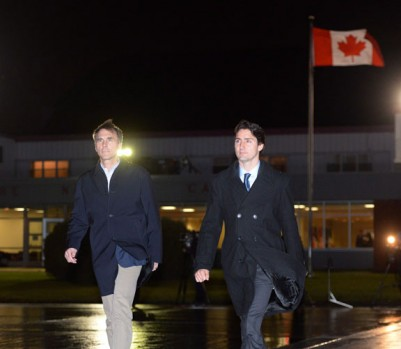 Le ministre des Finances Bill Morneau avec le premier ministre Justin Trudeau. (Photo: Sean Kilpatrick/La Presse Canadienne)