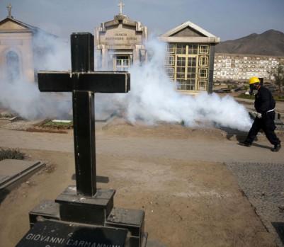 Un travailleur extermine les moustiques au cimetière El Angel, à Lima. (Photo: Martin Mejia/AP Photo)