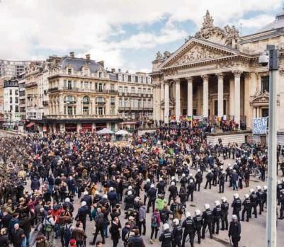 La place de la Bourse, où a été élevé un mausolée à la mémoire des victimes du 22 mars. Le 27 mars, des hooligans ont troublé la paix de ceux qui s'y recueillaient. (Photo: AP/ G. Vanden Wijngaer/PC)