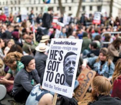 En Grande-Bretagne, des manifestants, certains coiffés d'un panama, ont demandé la démission du premier ministre, David Cameron, égratigné par les Panama Papers. (Photo: Tom Nicholson/Rex/Shutterstock/La Presse canadienne)
