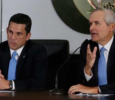 Le directeur de cabinet de la présidence au Panamà, Alvaro Aleman (à droite), et le vice-ministre des Affaires étrangères, Luis Miguel Hincapiégive. (Photo: Arnulfo Franco/AP Photo)