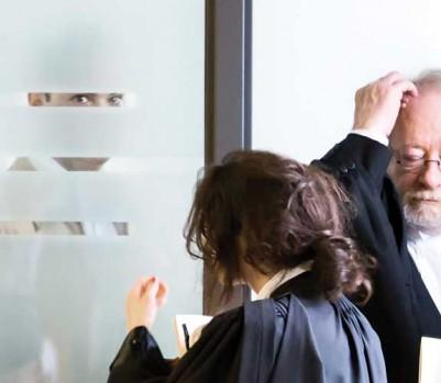Guy Turcotte se tient à l'abri des regards dans une petite pièce à l'écart de la salle d'audience, lors d'une pause au cours de son deuxième procès, à l'automne 2015, au palais de justice de Saint-Jérôme. À droite, ses avocats, Pierre et Guy Poupart, et leur assistante. (Photo: Ivanoh Demers/La Presse)