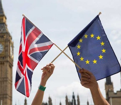 epa05377258 Members of the public hold flags at a stay in, pro EU Referendum event in Parliament Square, Central London, Britain, 19 June 2016. Britons will vote to stay or leave the European Union on 23 June.  EPA/HAYOUNG JEON