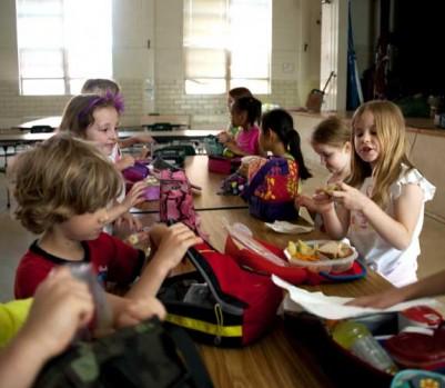 Enfants mangent lunch cafétéria école allergies alimentaires
