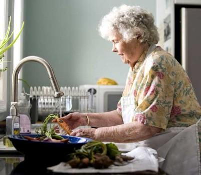 Grand-mère personne âgée cuisine