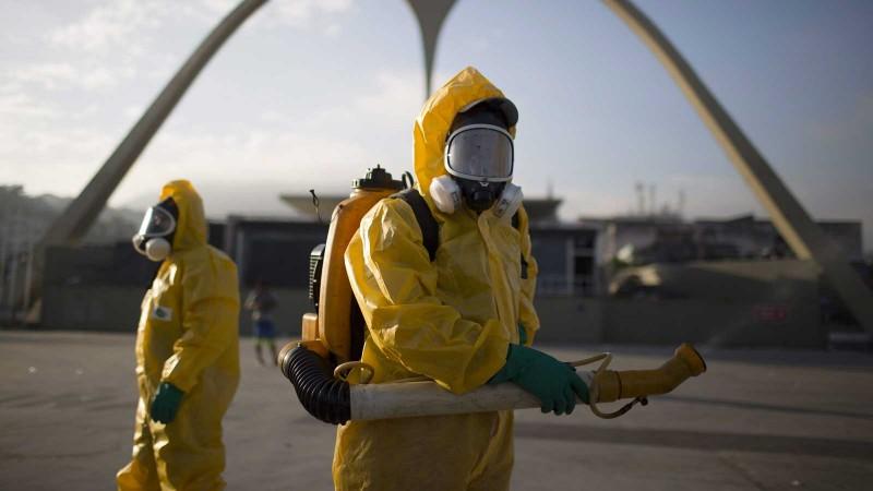 Des travailleurs sanitaires répandent de l'insecticide au Sambadrome de Rio, pour lutter contre la prolifération du moustique Aedes aegypti, responsable de la transmission du virus Zika. Le Sambadrome doit accueillir la compétition de tir à l'arc des Jeux olympiques. (Photo: Leo Correa/AP Photo)