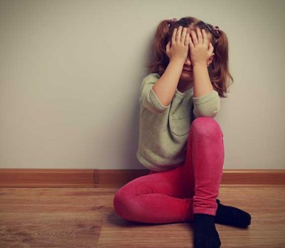 Enfant anxieux apeuré triste pleure boude fâché kid angry sad anxious