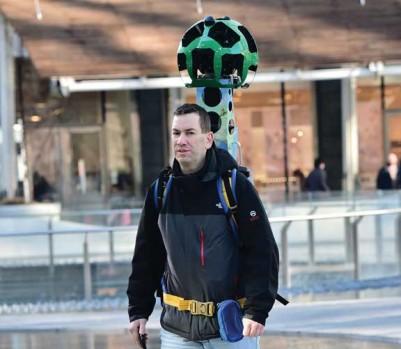 Un homme porte un appareil photo sur un harnais pour photographier les espaces intérieurs en 360 degrés. (Photo: Google)