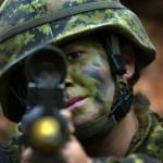 Une soldate lors d'un exercice au secteur d'entraînement du Camp Aldershot, en Nouvelle-Écosse. (Photo: Adjudant Jerry Kean, affaires publiques de la FOI-AFG)