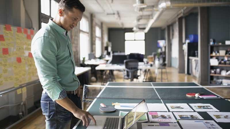 Selon les experts en culture d'entreprise, un environnement de travail stimulant contribue à la croissance des affaires et à la fidélisation du personnel. (Photo: Getty Images)