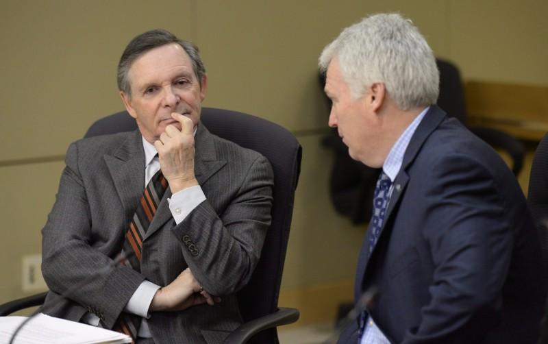 Jean-Pierre Plouffe, à gauche, est le commissaire du Centre de la sécurité des télécommunications depuis le 18 octobre 2013. (Photo: La Presse Canadienne / Adrian Wyld)