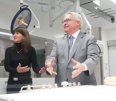 Le ministre de la Santé lors d'une visite de la nouvelle aile du centre hospitalier universitaire Sainte-Justine, le 7 novembre 2016. (Photo: Mario Beauregard/PC)