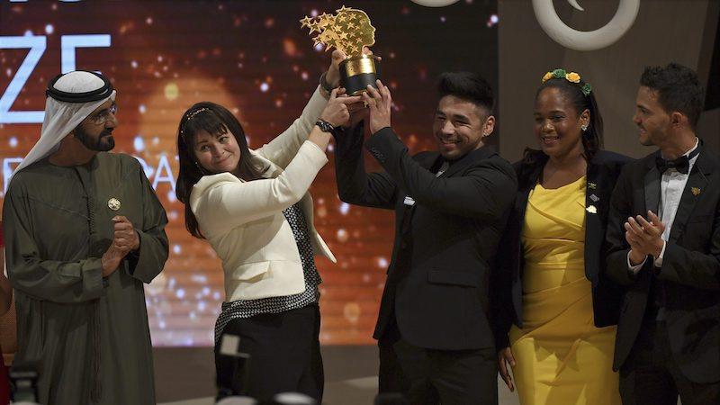 Maggie MacDonnell soulève son prix remporté à Dubaï. (Photo: AP Photo/Martin Dokoupil)